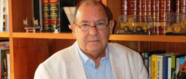"""António Segadães com o seu livro """"Análise Matricial de Estruturas""""(foto: D.R.)"""